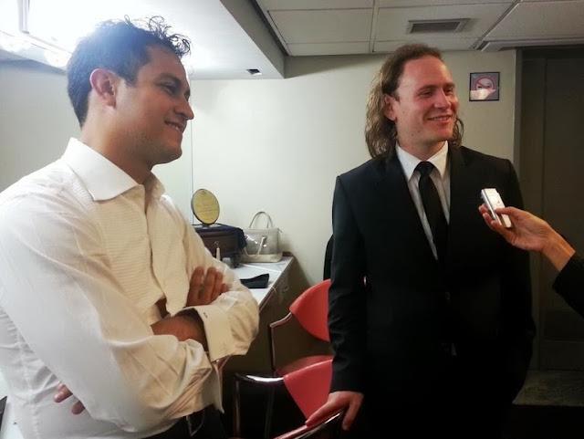 En el camerino los directores Diego Matheuz y Christian Vásquez al finalizar el concierto