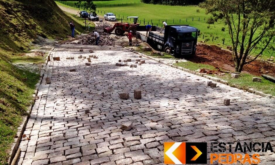 Assentamento com Paralelepípedo em Turvo (região) Feito com Mão de Obra e Pedras da Estância Pedras