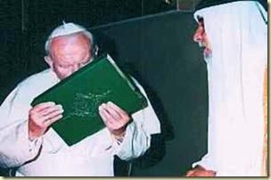 Benedicto XVI besando el Corán