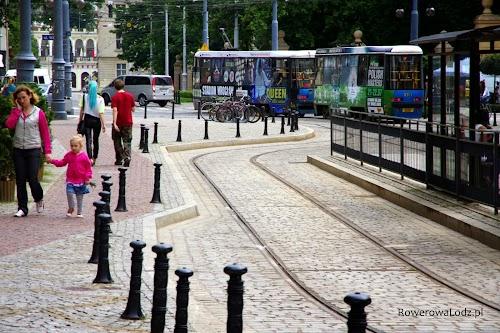 Nie ma wątpliwości dla kogo jest ta ulica - piesi i chodnik chroniony stylowymi separatorami, peron przystanku możliwie niedaleko.