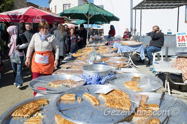 tepsi tepsi börek, baklavalar ve citta slow önlüklü hünerli hanımlar, Sığacık Pazarı Seferihisar