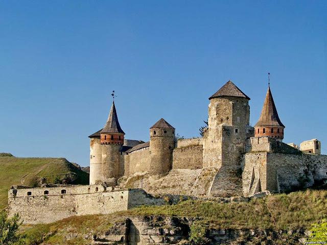 По центрі - Папська-башта,позаду справа - Рожанка, зліва - Башта-Ковпак, Тенчинська Башта, Ляська башта. Кам'янець-подільський замок