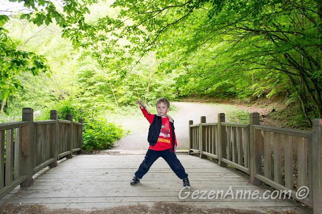 köprü üstünde He-man pozu veren oğlum, Polonezköy Tabiat Parkı