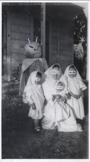 Crianças com fantasias macabras