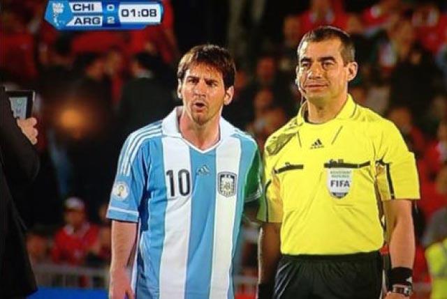 Árbitro-assistente pede para tirar foto com Messi