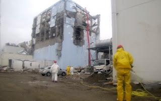 Bomberos trabajando en la planta Fukushima 1
