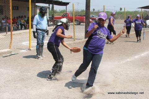 Selene Cabrera de Pekes de Bustamante en el softbol femenil del Club Sertoma