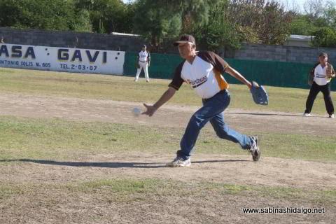 Tiburcio Vázquez lanzando por Hipertensos en el softbol de veteranos