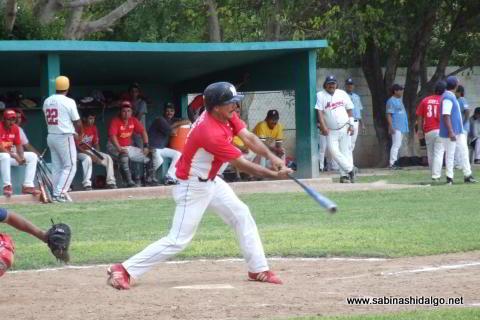 Pablo Omar Buentello bateando por Vallecillo en el beisbol municipal