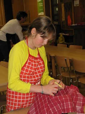 Laure snijdt de frietjes.