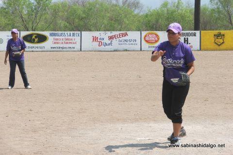 Elena Cabrera de Pekes de Bustamante en el softbol femenil del Club Sertoma