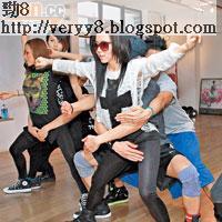 鄧紫棋為演唱會排舞玩「人肉三文治」,兩位男dancers從後伸手遮掩其「三點」,意識大膽!