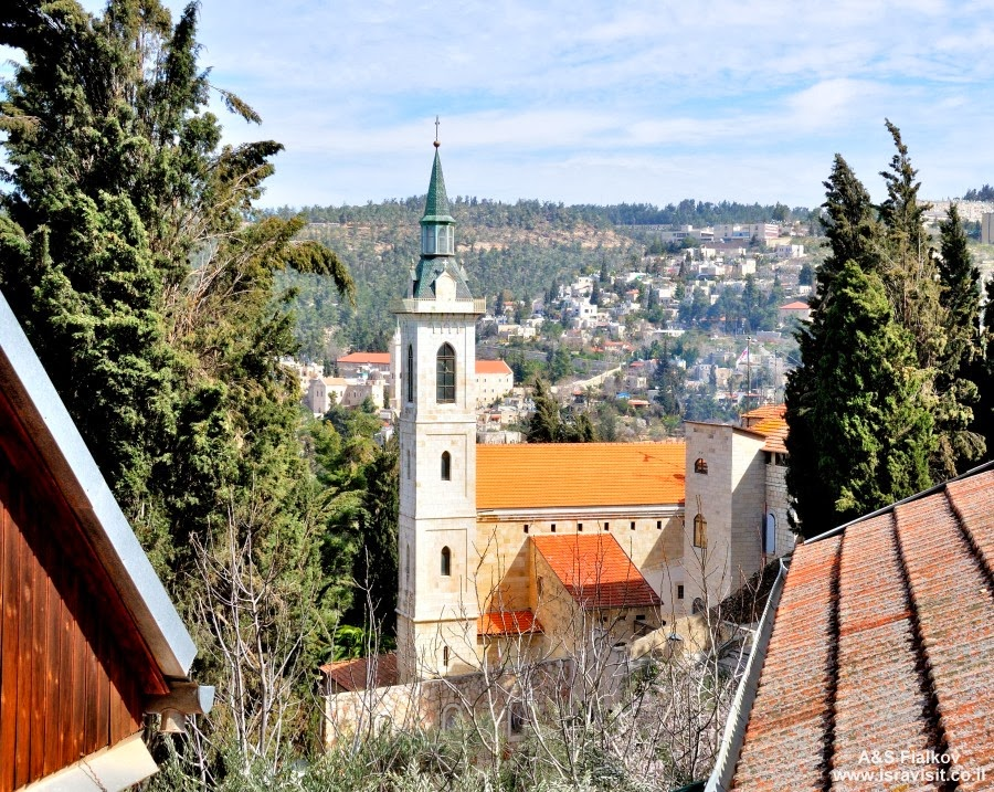 Вид на францисканский монастырь и церковь Посещения. Экскурсия в Горненский монастырь.  Гид в Израиле Светлана Фиалкова.