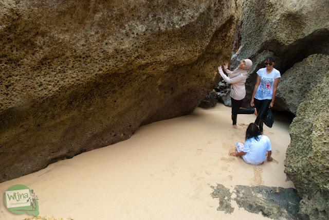 Gua pasir dengan pemandangan indah cocok untuk fotografi di Pantai Indrayanti Gunungkidul