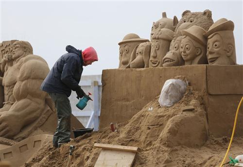 மணல் சிற்ப விழாவில் ஹாலிவூட் கதாபத்திரங்கள் : புகைப்படங்கள் Sculptors-place-finishing-touches-hollywood-20130326-064043-532
