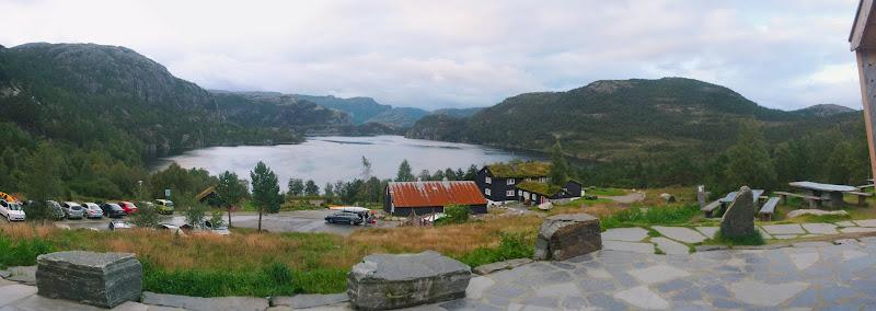 Panorámica del lago desde la puerta del edificio principal de Preikestolhytta