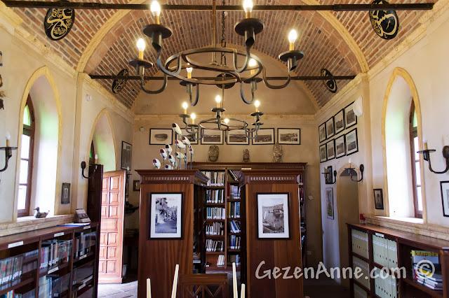 Cunda'daki Sevim ve Necdet Kent Kitaplığı'nın içi