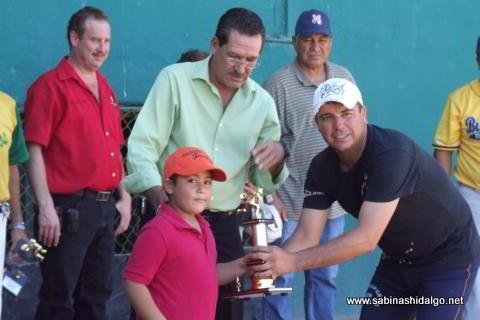 Entrega de trofeo a Eduardo Garza