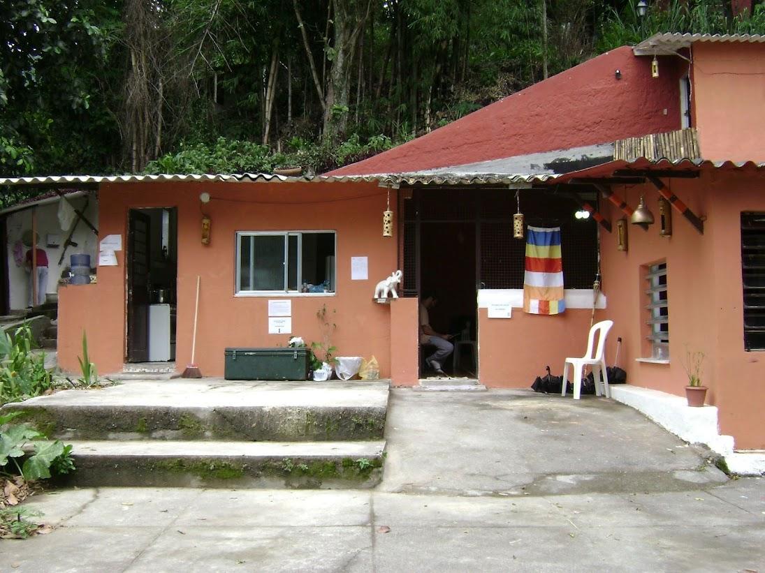 Salah satu kantor sederhana dari Masyarakat Buddhis Brasil (Sociedade Budista do Brasil) di Santa Teresa, Rio de Janeiro, Brasil.