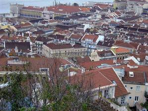 Вид на крыши со стен замка Сан Жорже