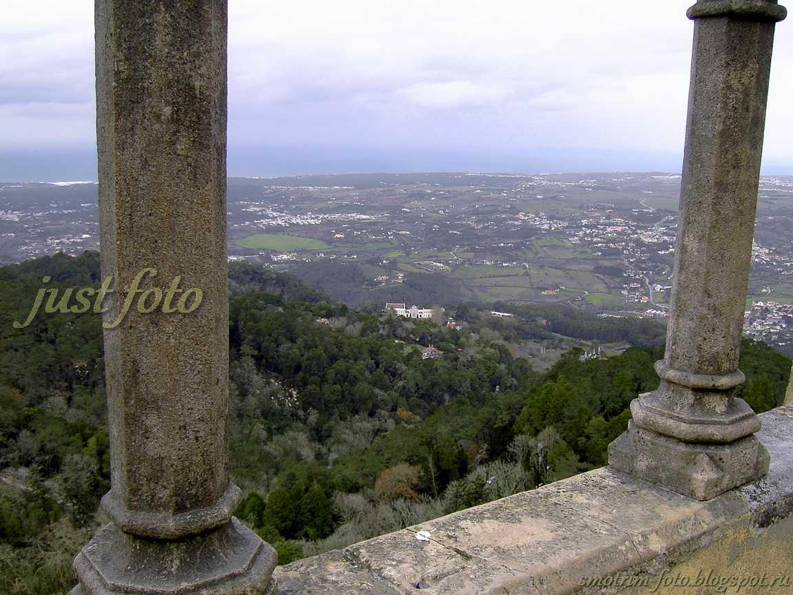 С высоты Pena Palace видна Синтра фото