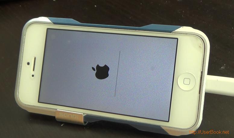 ios8 을 설치하고 있는 아이폰의 모습