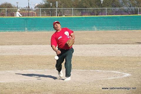 Jesús Sánchez lanzando por CNC en el softbol sabatino