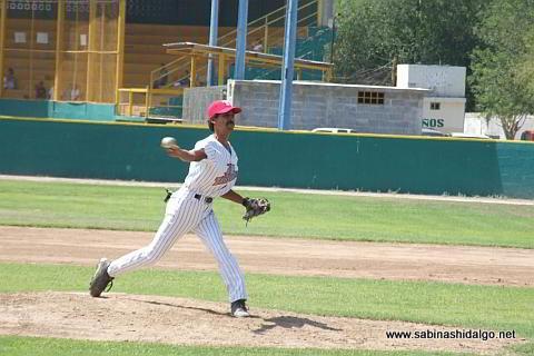 Juan Ángel Serrano lanzando por Tiburones en el beisbol municipal