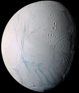 Fotografía de Encélado obtenida por la nave espacial Cassini en que se pueden observar las 'rayas de tigre'