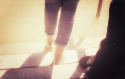 Kathia baigne ses pieds dans le Jourdain