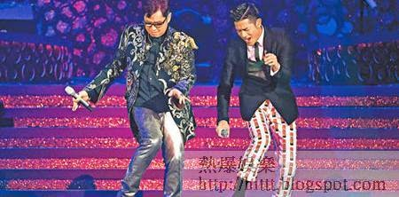 譚詠麟與郭富城在台上鬥舞藝。