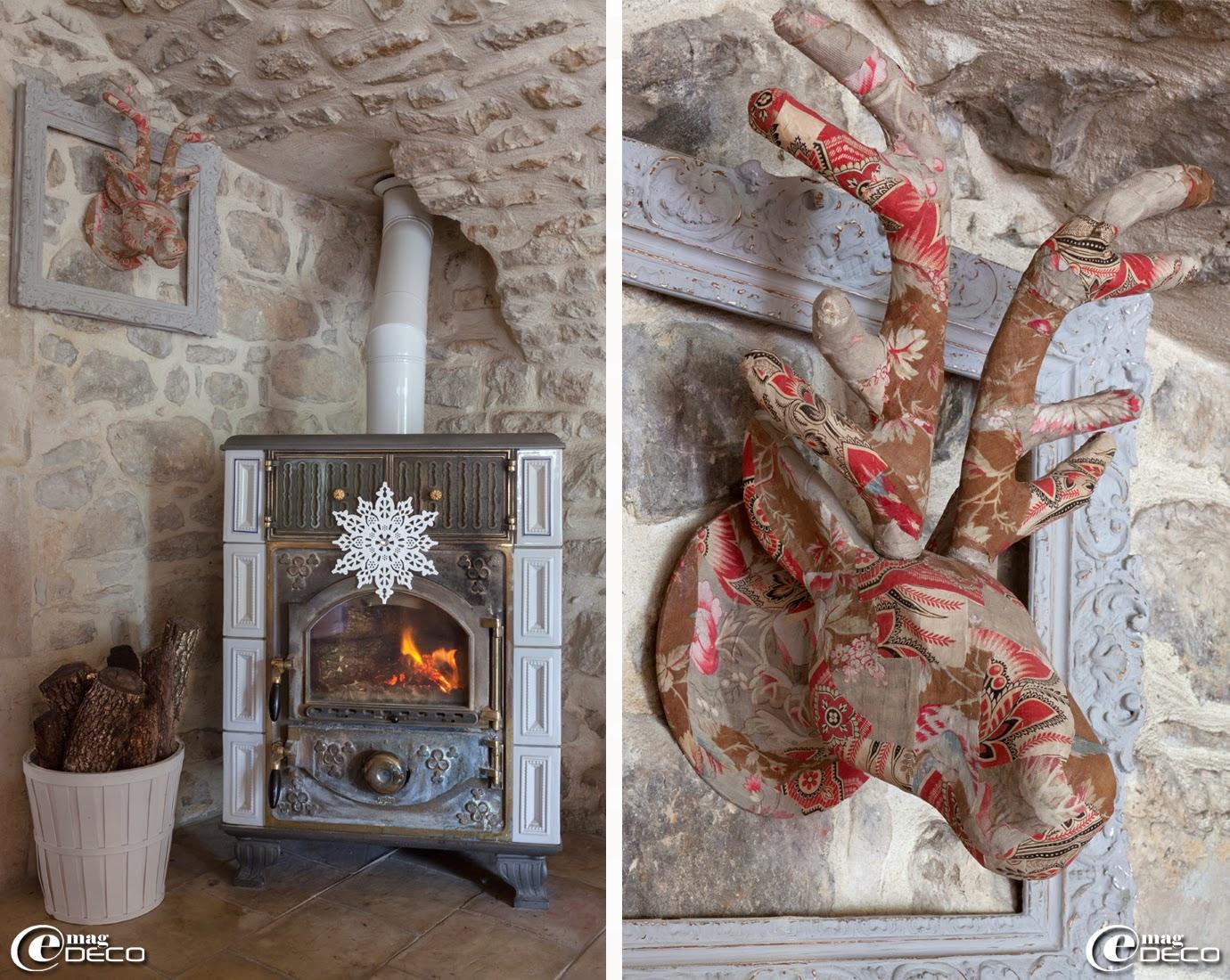 Poêle de Norvège orné de faïence, trophée de cerf trouvé à L'Isle-sur-la-Sorgue réalisé avec des chutes de tissus anciens