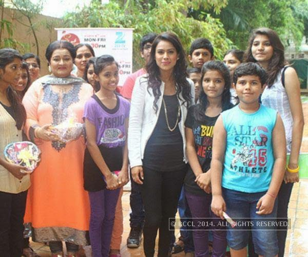 Nia Sharma and Apara Mehta with kids at NGO Visamo Kids, in Ahmedabad.