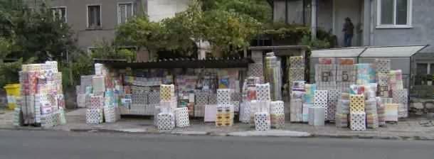 Klopapier-Verkauf vor dem Papierwerk von Belovo, Bulgarien