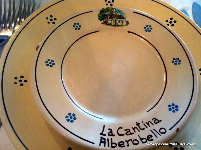 Керамика в Альберобелло тоже своя. Обратите внимание на трулло на тарелке.
