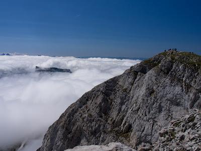 Cim del Grand Veymomnt i l'altiplà summital del Mont Aiguille que treu el cap sobre la boira