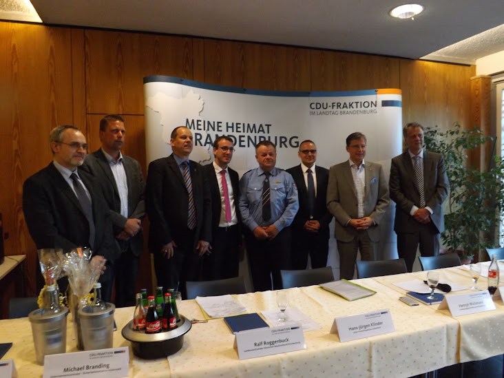 Gruppenbild der Podiumsteilnehmer (Zum Öffnen der Bildergalerie auf das Bild klicken. Alle Bilder A.M. für  © gemeinde-tantow.de)
