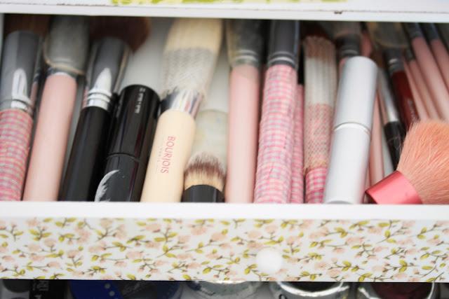 Reserve el primero cajón para guardar las brochas de maquillaje, como