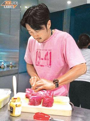 愛落廚的霆鋒少不得整幾味為生日P添色香味。