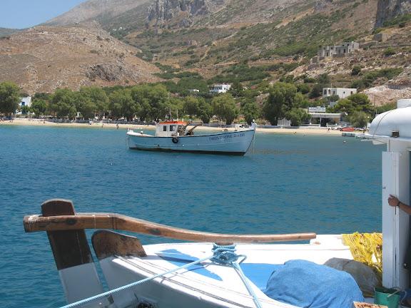 Aegiali (Amorgós).-Puerto y playa al fondo