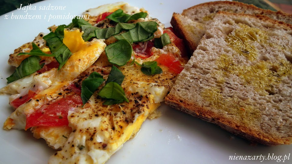 jajka sadzone z bundzem i pomidorami