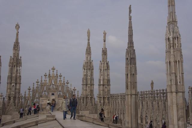 El espacio de la terraza superior, con las agujas como columnas de la nave central