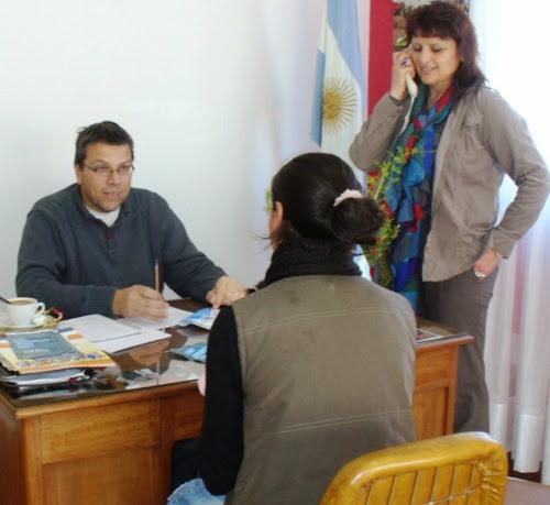 El secretario de Desarrollo Social, César Ciancaglini y la responsable del Centro de Atención Local del Ministerio de Desarrollo Social de la Nación Romina Camba