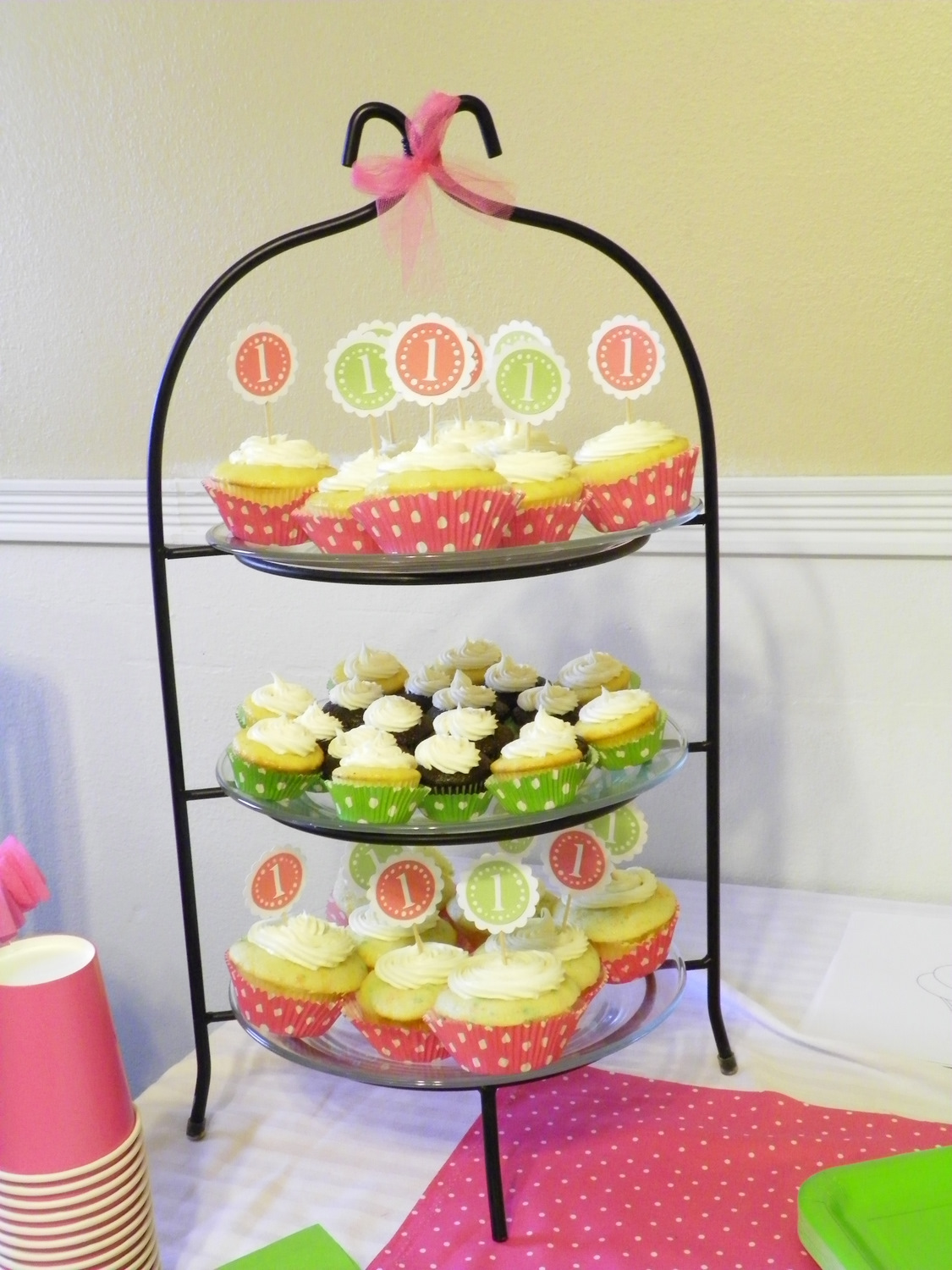 chicy creations little miss b 39 s cupcake party. Black Bedroom Furniture Sets. Home Design Ideas
