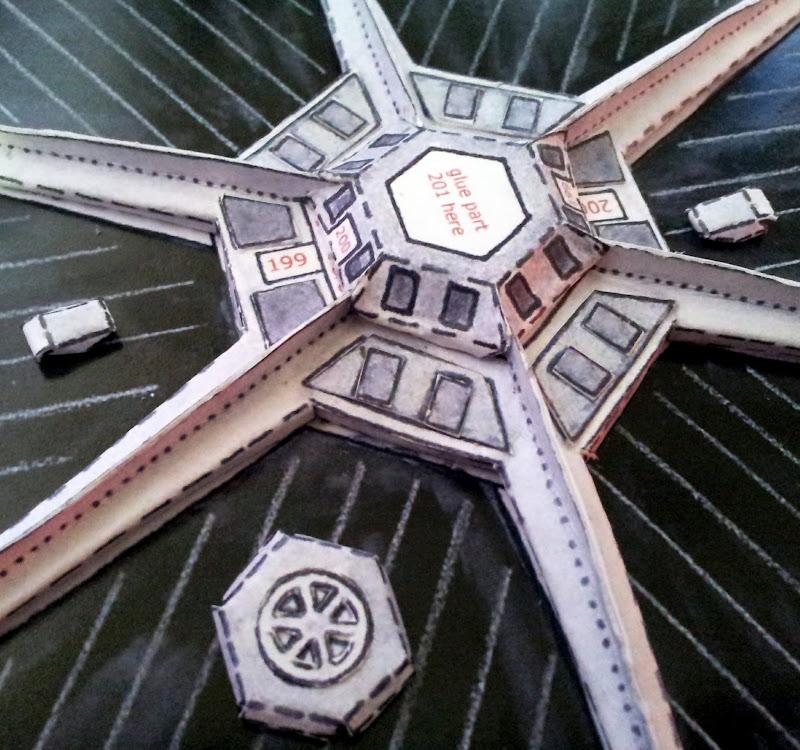 Primero, el hexágono central. Para facilitar la tarea, pueden recortar las aristas verticales.