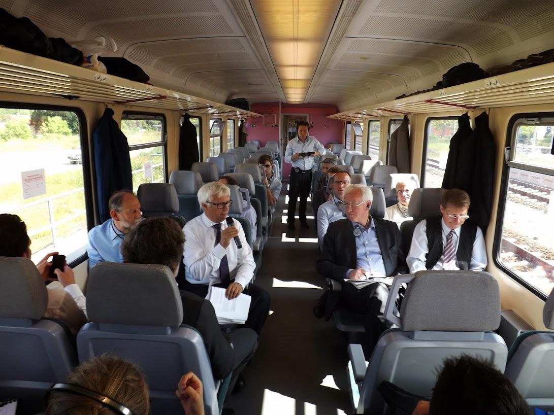 Bereits im Zug eine interessante Diskussion. Am Mikrofon VBB-Chef Franz, in der gleichen Reihe Mitglieder des EU-Parlamentes. (Bild A.M.)
