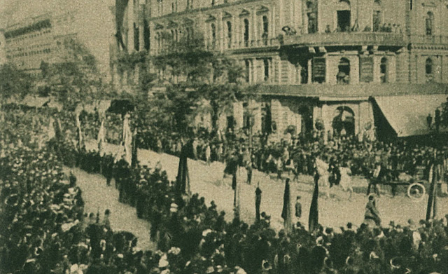 Jókai temetése: Egyesületek zászlókkal a Kerepesi-ut  és Muzeum körut sarkán