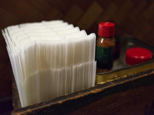 卓上の調味料類と紙ナフキン