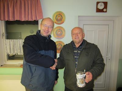 Manfred Schleinitz (rechts) verteidigte den Pokal