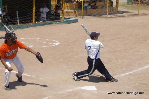 César Santos de Tigres bateando en el softbol dominical